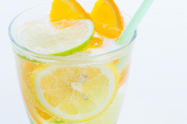オシャレなだけじゃない!ちゃんとワケがあった…水にレモンを入れる理由。納得!!『レモンウォーター』を飲み続けると…?!